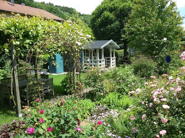 Der alte Garten im Rosenrausch